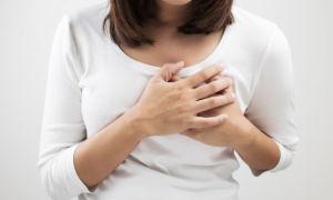 К чему чешется левая грудь — толкование приметы